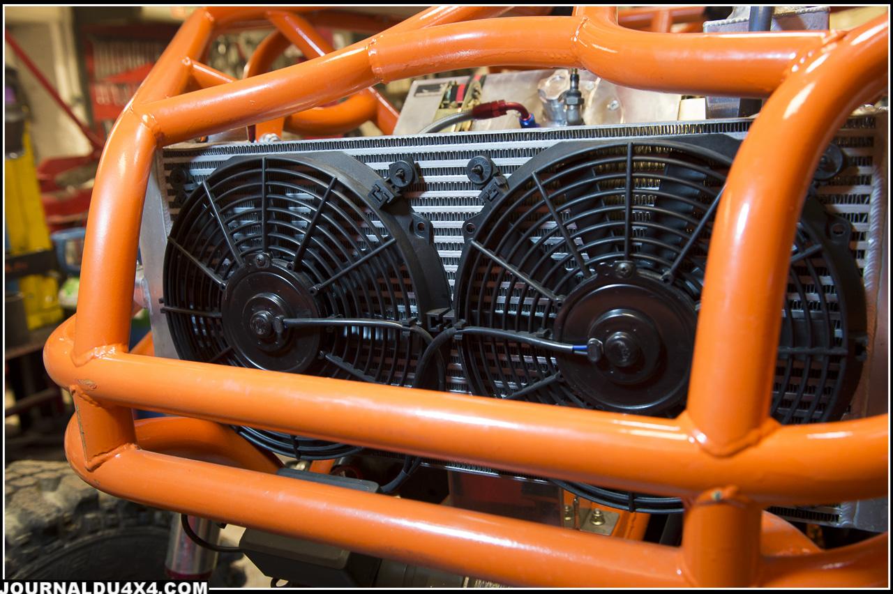 Un radiateur aluminium avec deux gros ventilos assurent le refroidissement