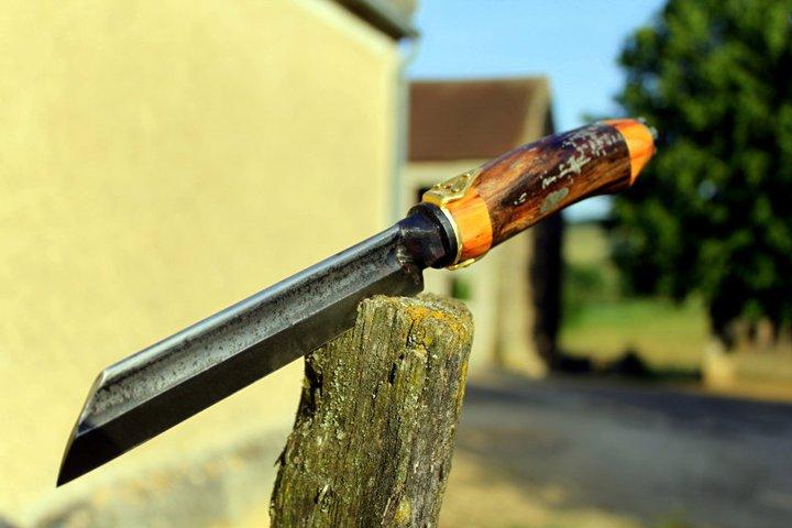 Couteau droit, lame forgée dans un vieux rogne pieds de maréchal ferrant, manche en noyer noir et if, fausse garde en laiton..Lame 14cm total 26,5cm