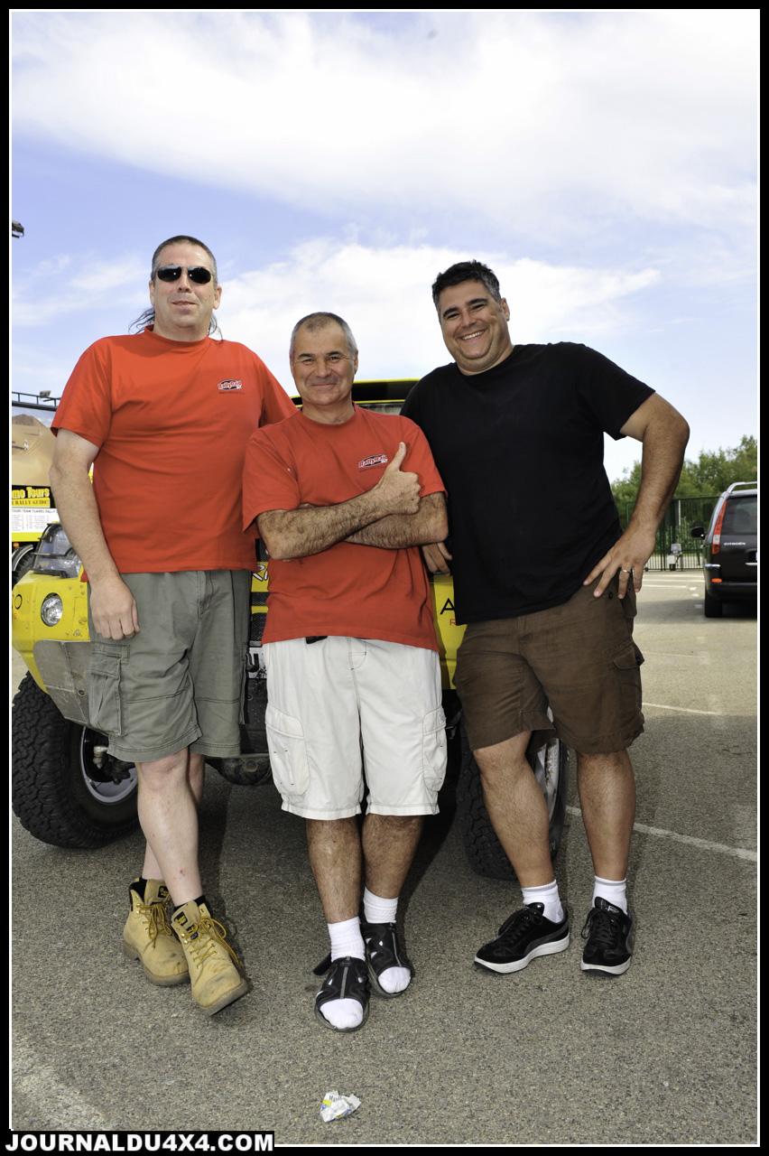 Contrairement aux Wilcat, les Desert Warrior sont taillés sur mesure. La preuve? Voici 3 formats de pilotes bien différents qui courent sur le petit Anglais. Mike Jones, Paul Round respectivement figure de Rallye Raid UK et créateur du Warrior. À droite l'un des autre client maison, David Bensadoun, un Canadien qui participera au Dakar 2012; Un physique qui en impose!