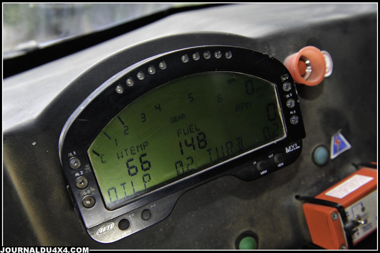 Paramétrable selon vos choix, on y trouve le nombre de tours moteur, les températures sélectionnées, la jauge carburant, la vitesse, les pressions, le rapport de boîte.