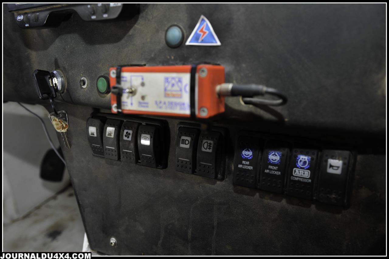 Au centre, outre les interrupteurs de phares, ventilation, extincteurs, on trouve les trois boutons magiques du compresseur ARB et des blocages avant et arrière de différentiels.