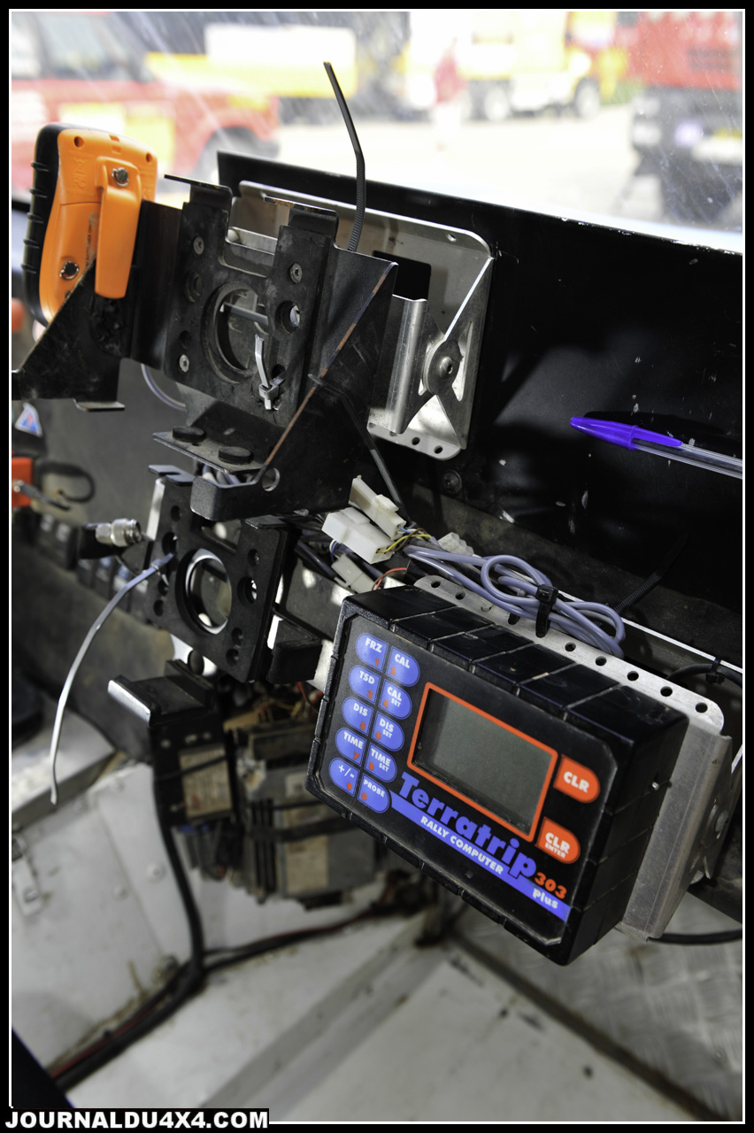 Côté copilote, du classique avec un Terratrip 303+ et les supports des GPS fournie par les organisations.