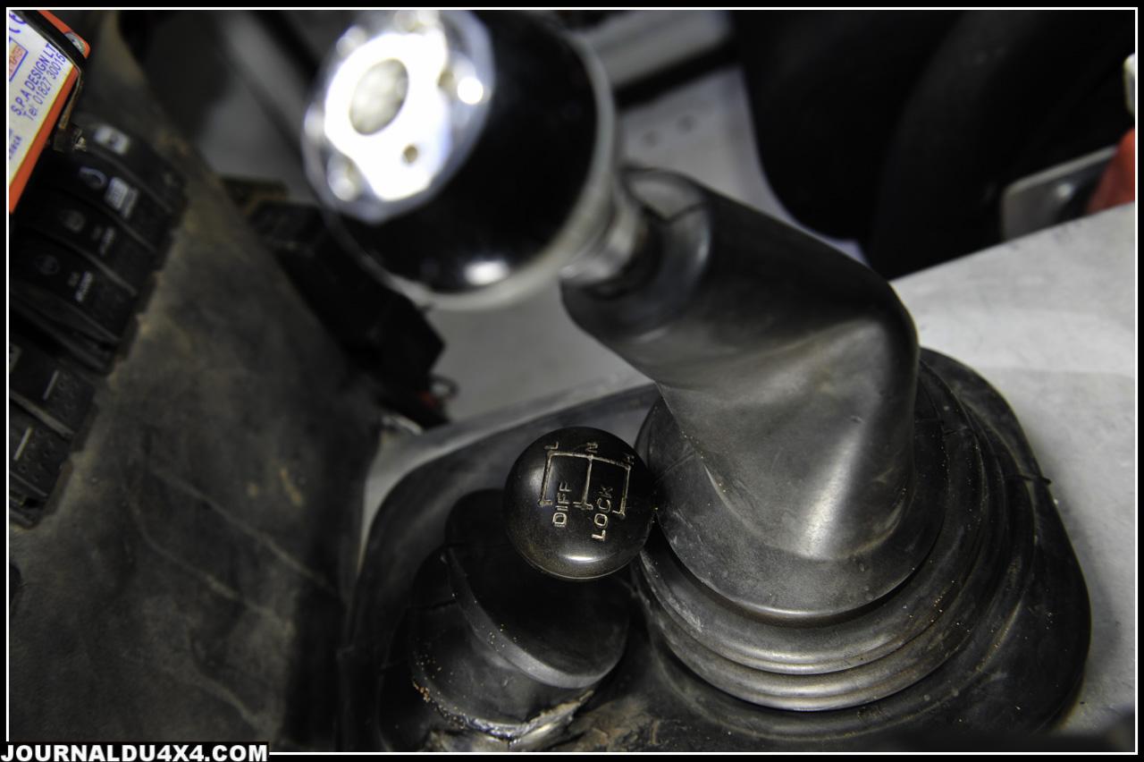 Côté transmission, le petit Warrior fait dans l'efficace et le solide. La boîte de vitesse Tremec est une ZF GS-53 à 6 rapports (celle des Aston Martin) alors que la boîte de transfert 2 rapports est l'incontournable LT 230 Land Rover. Si le client ne souhaite pas investir dans la boîte Tremec, il peut faire le choix économique de la R 380 Land Rover à 5 rapports.