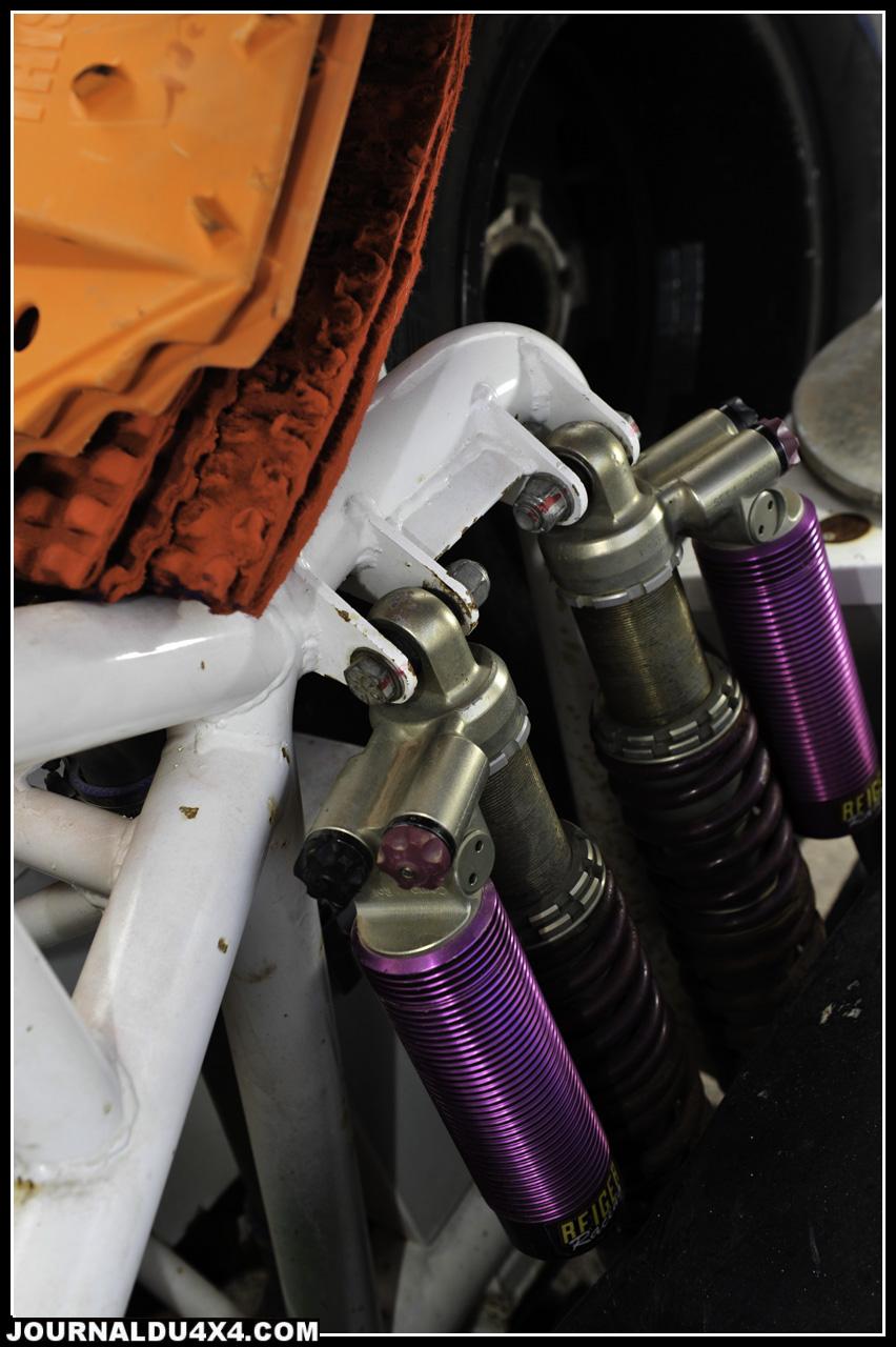 Si les Desert Warrior sont proposés avec en standard des suspensions Fox, Karim a choisi l'option Reiger. C'est ainsi qu'il roule avec 8 combinés à bonbonnes séparées réglables en compressions et détentes. À l'arrière, on reprend une solution identique, le débattement de 240 mm offre un confort de pointe.