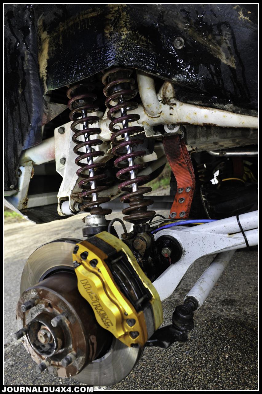 Le freinage est assuré grâce à des disques Land Rover équipés d'étrier Hispec Motorsport à 4 pistons.  Les pneus sont les classiques BF Goodrich 235/ 85 x 16 Mud Terrain.