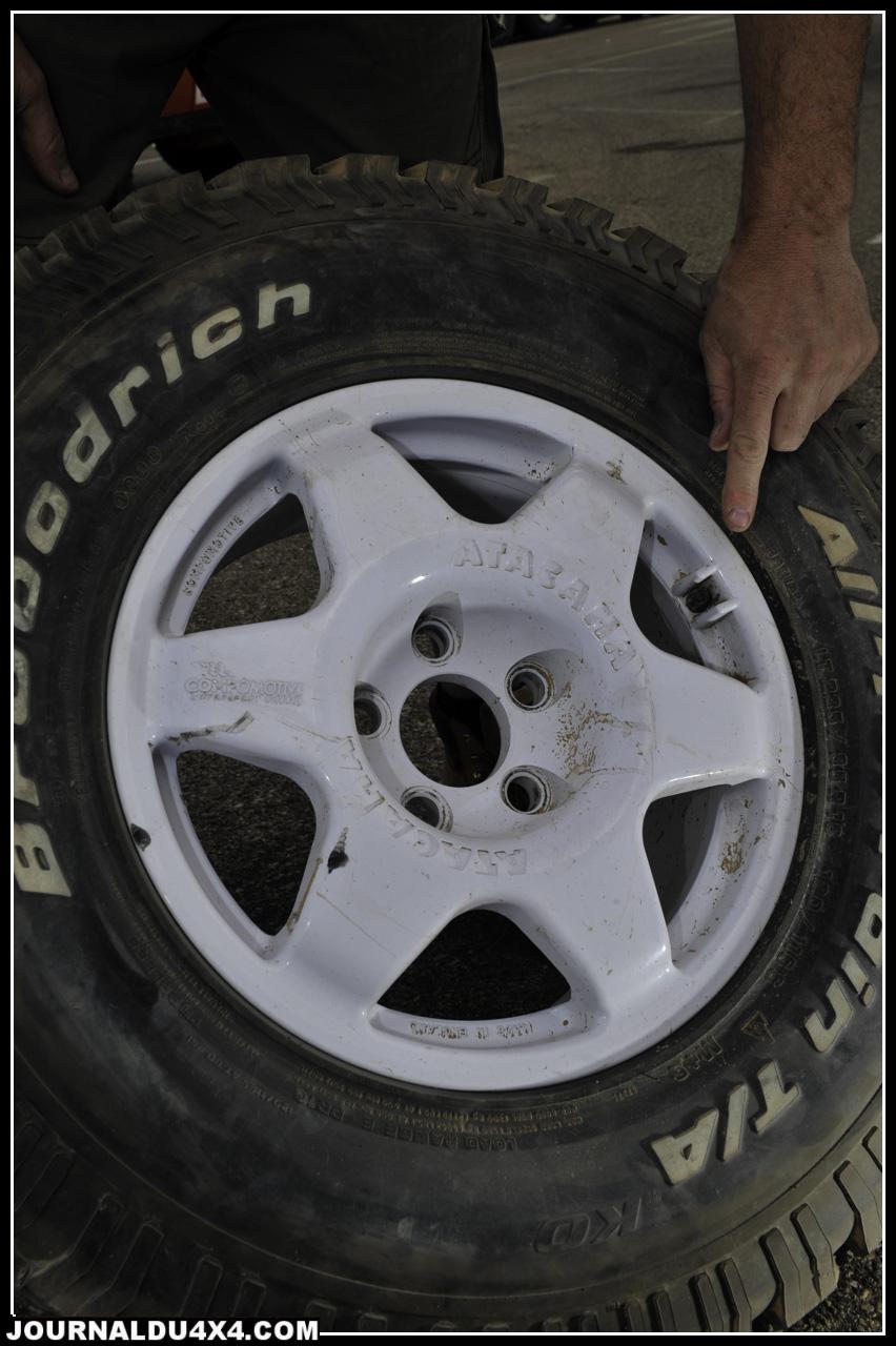 Autre nouveauté signée Rally Raid UK. Une jante Compomotive spéciale Dakar? Comme vous le savez, les pistes à Fechfech ont fait de gros dégâts sur la dernière boucle Sud Américaine. Si cette poussière de sable impose de rouler à basse pression, les camions rapides en extirpent les cailloux. Autant dire que basse pression et cailloux ne vont pas ensemble lorsqu'il s'agit de pneumatique. La solution qu'apporte cette jante et une protection accrue de la valve qui s'arrache facilement. Ensuite, les flancs du pneu sont bien mieux maintenus grâce à une forme intérieure de jante étudiée ce qui évite de déjanter lorsque l'on roule avec 800 gr. Demandez donc le modèle Atacama…Un nom qui en dit long.