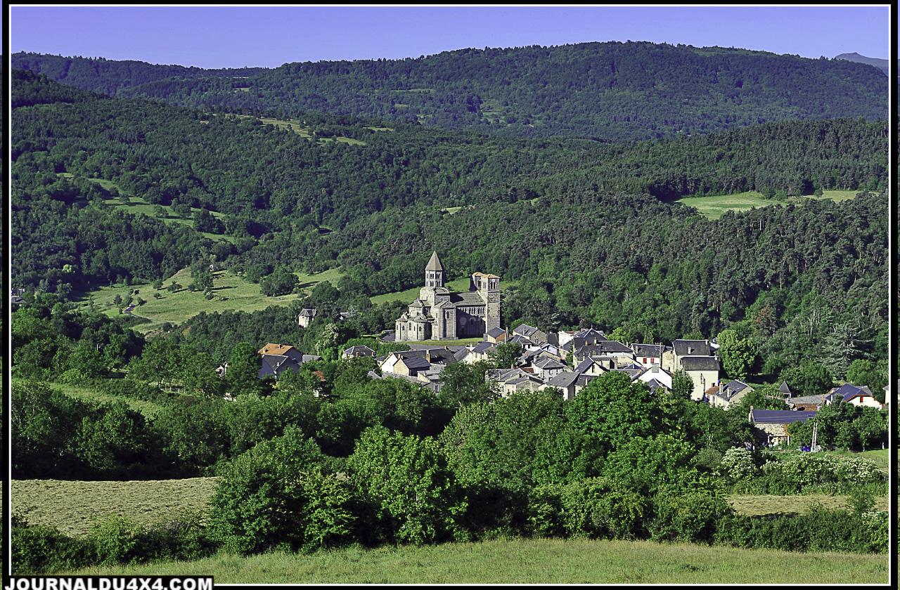 Saint-Nectaire, et ses sources thermales est situé dans le massif des Monts Dore qui fait partie du Parc naturel régional des volcans d'Auvergne.