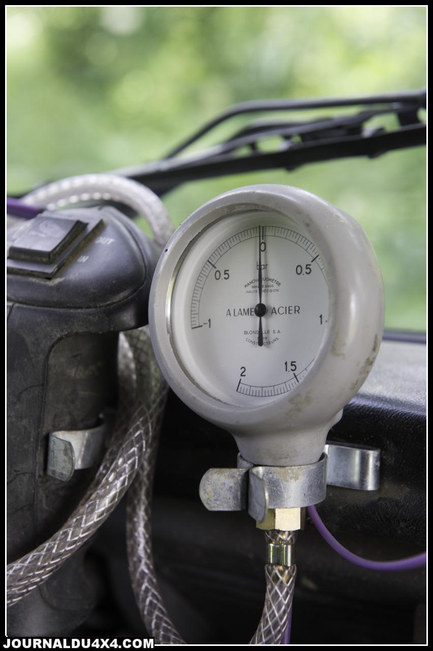Un manomètre permet aussi de garder un oeil sur la pression du turbo