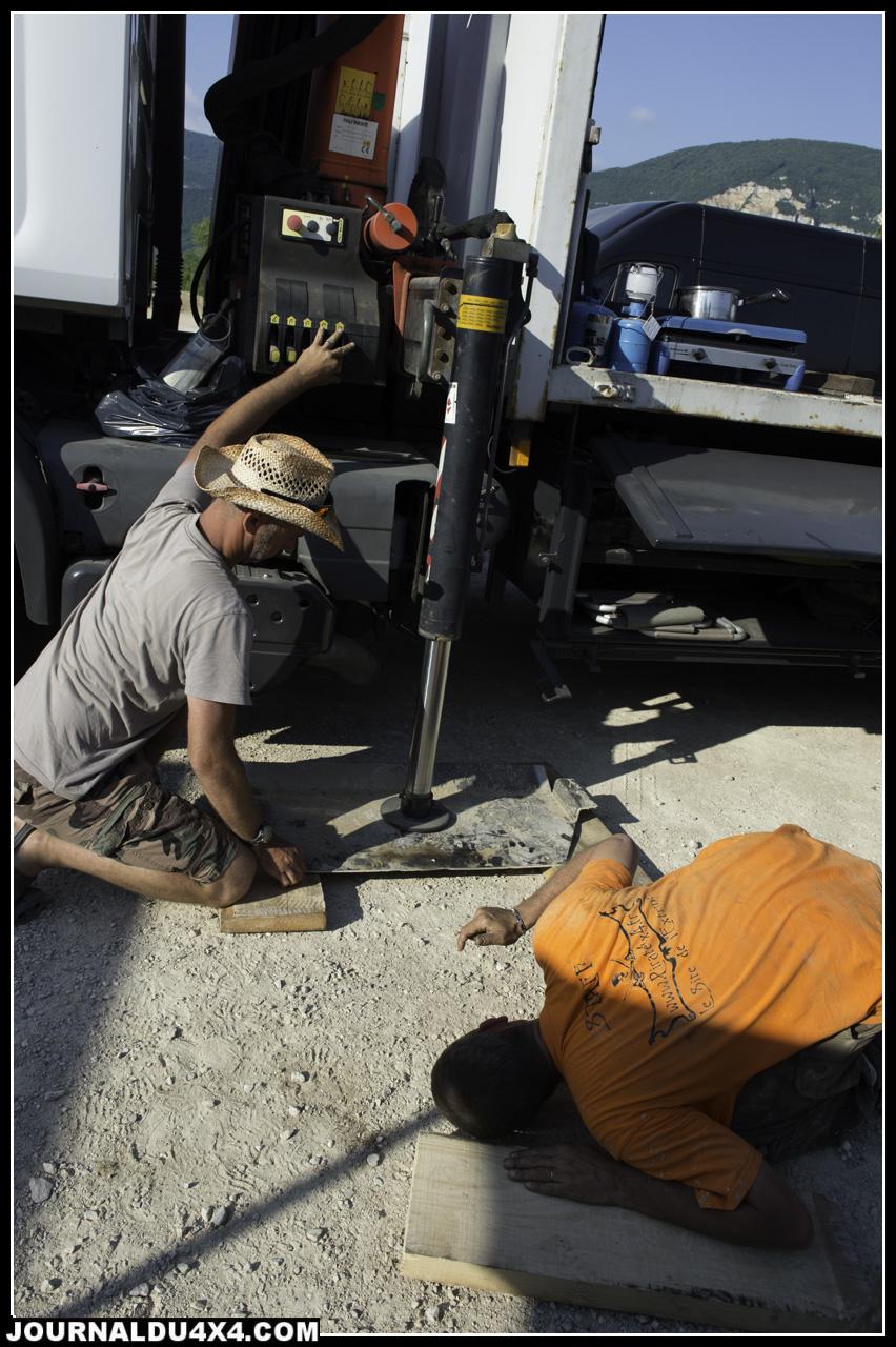 comment redresser un blindage tordu : un verrin ce camion et hop, ça c'est The Pirate Touch