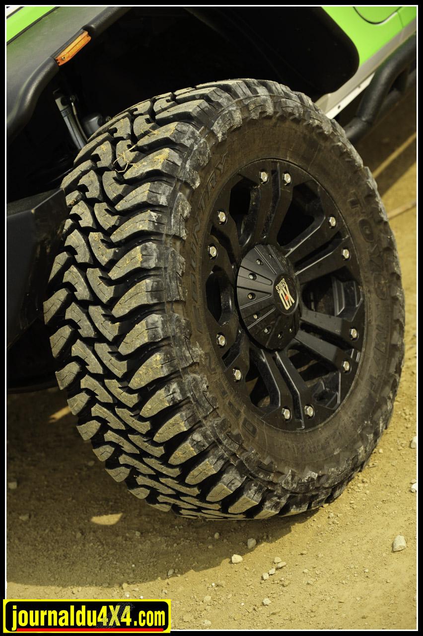 La monte pneumatique reprend des Toyo Open country M/T en 35/ 12,5 X 20 montés sur d'élégantes jantes aluminium XD 778 Series.