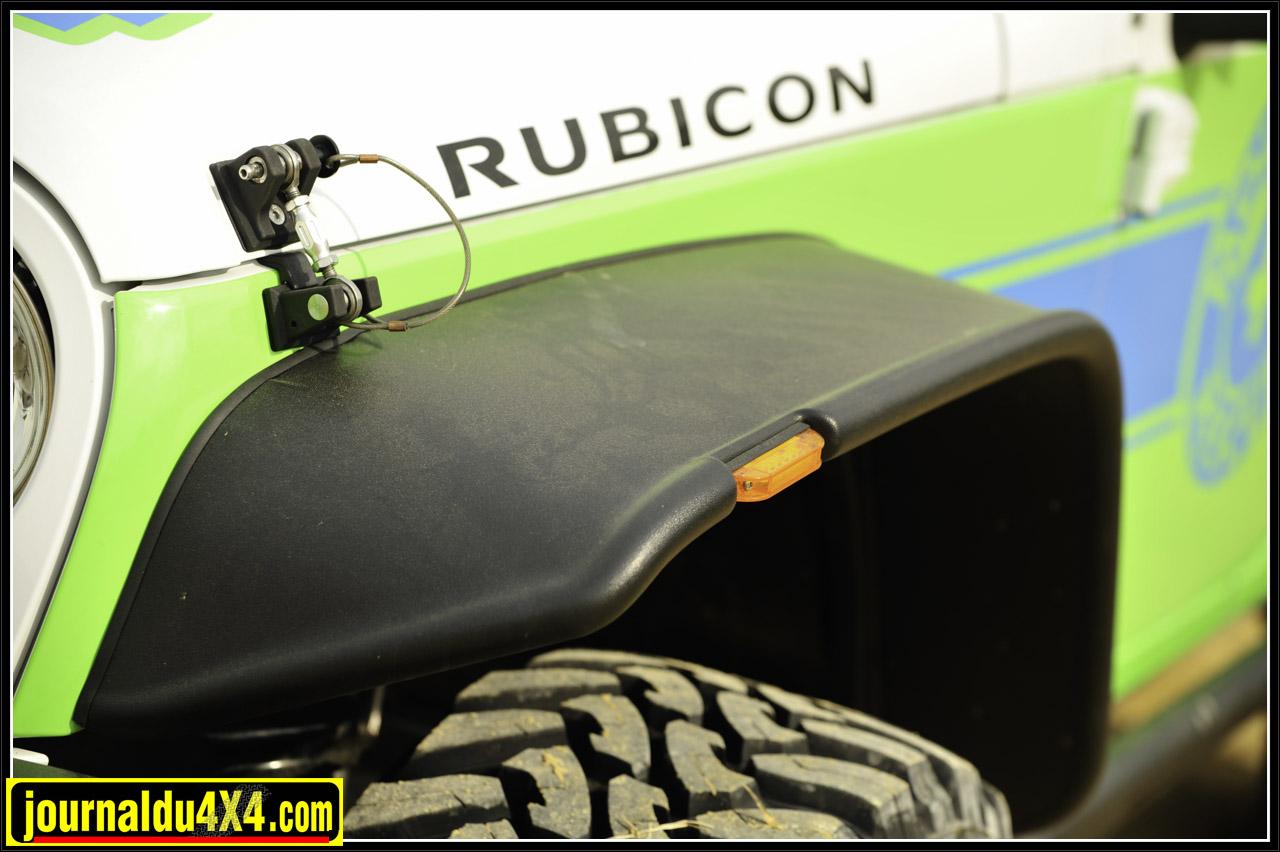 La largeur des pneus impose l'installation d'ailes Bushwacker.