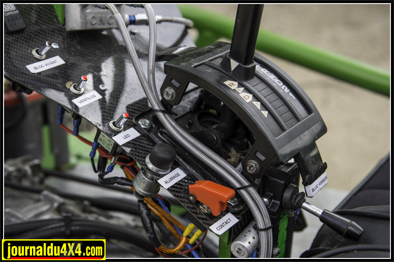 allumage et contact - blocs avant et arrière (petite manette à droite) - éclairage - marche forcée des ventilos