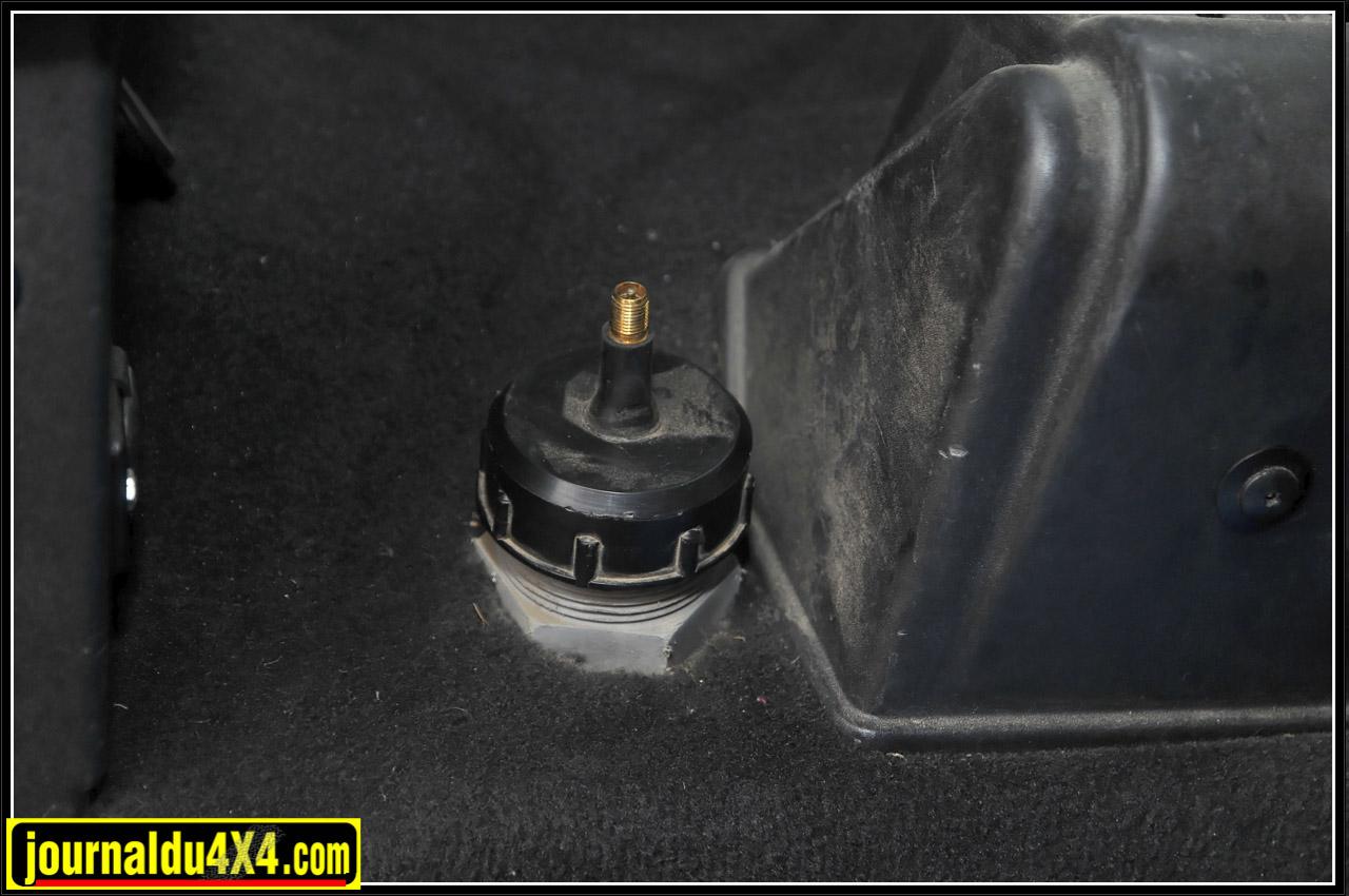 La réserve d'eau de 40l placée sous l'aile arrière peut être mise sous pression avec le compresseur pour alimenter la douche.