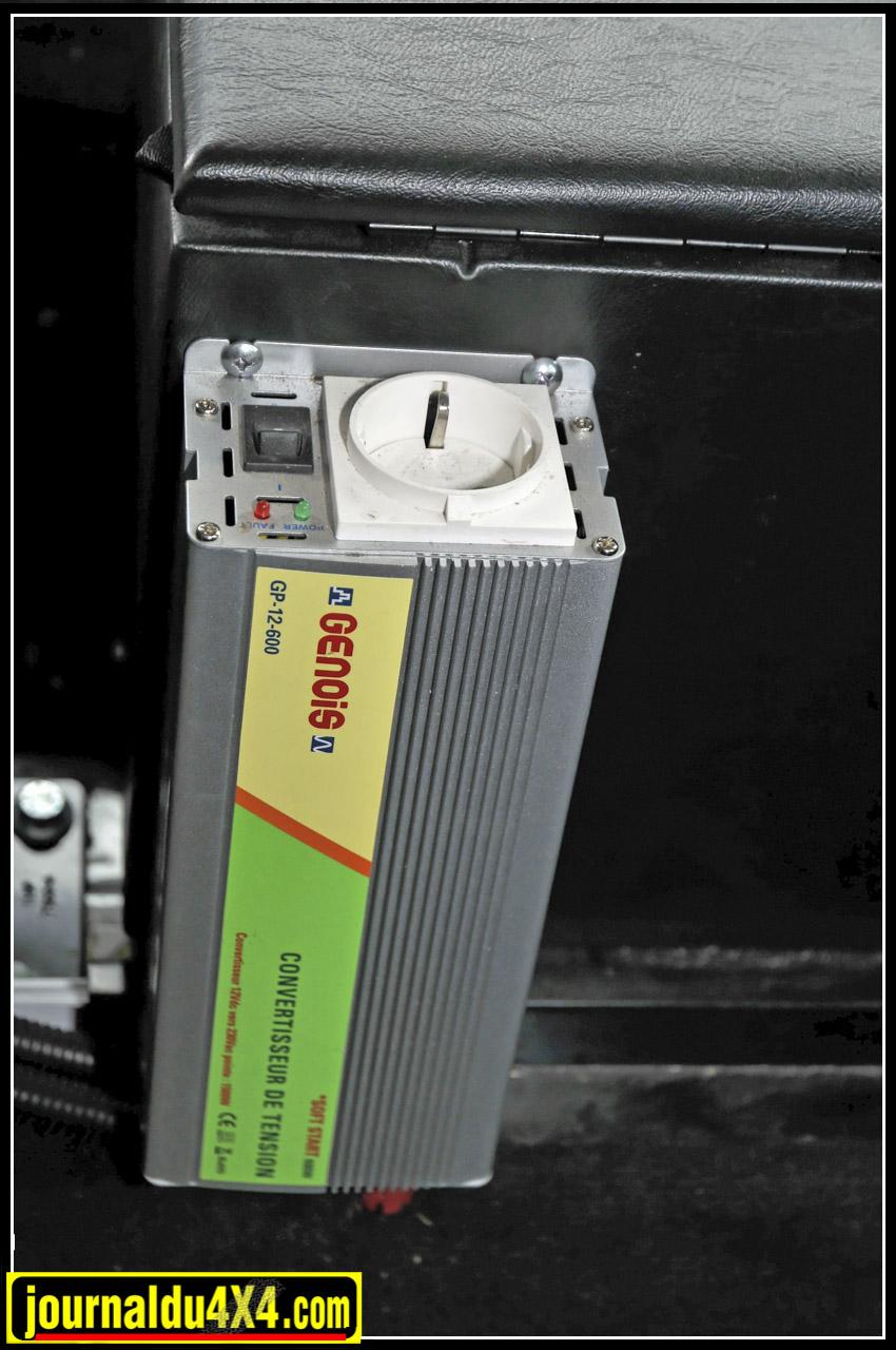 un transformateur 12V /220 V a été installé pour pouvoir y brancher les appareils électriques