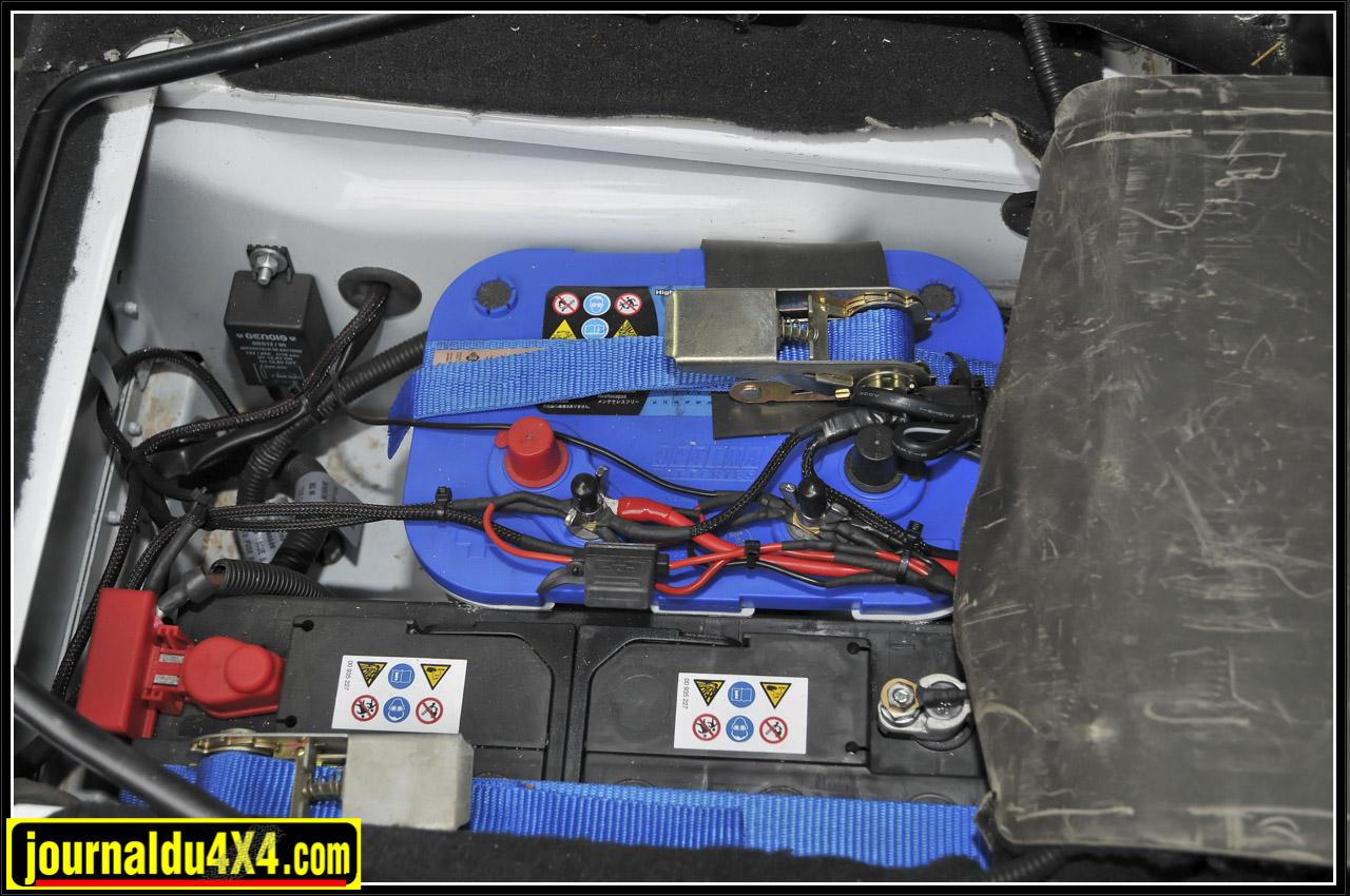 A l'avant, on trouve une batterie supplémentaire Optima équipée d'un coupleur-séparateur pour alimenter les accessoires qui cohabite avec celle d'origine dans le compartiment situé sous le siège conducteur