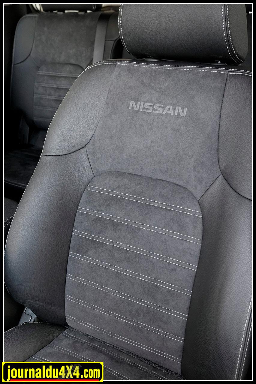Les sièges sont revêtus dans leur partie centrale d'Alcantara avec le logo Nissan en relief, et de rebords en cuir à double surpiqûre. Les appuis-tête, l'accoudoir central, les soufflets de levier de vitesses et de frein à main ainsi que les contre-portes sont également habillés de cuir.