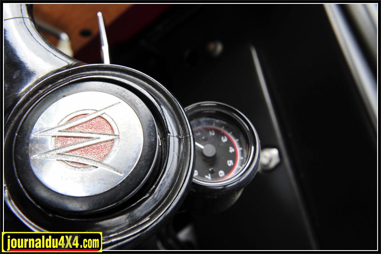 Le centre du volant comme la pointe du capot portent les initiales WO entrelacées pour Willys-Overland