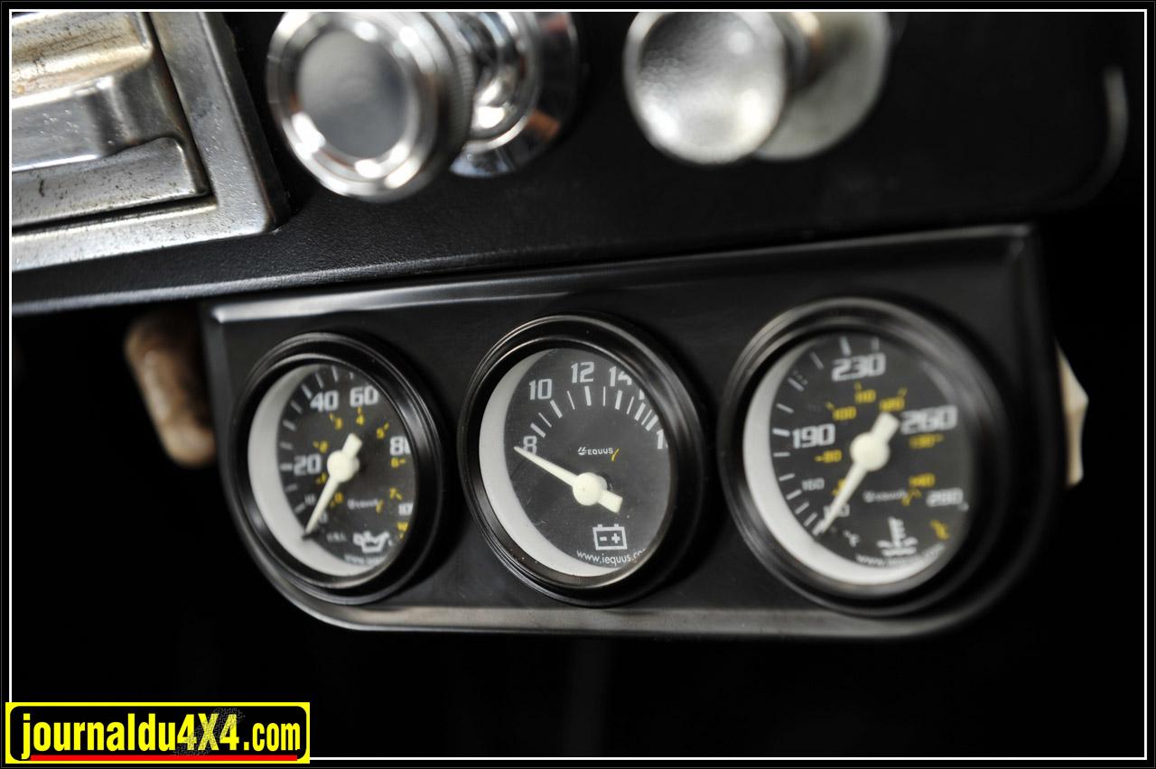 Ici, les manos de pression d'huile, Voltmètre et température moteur sont des concessions modernes dédiées à la surveillance du V8 Ford