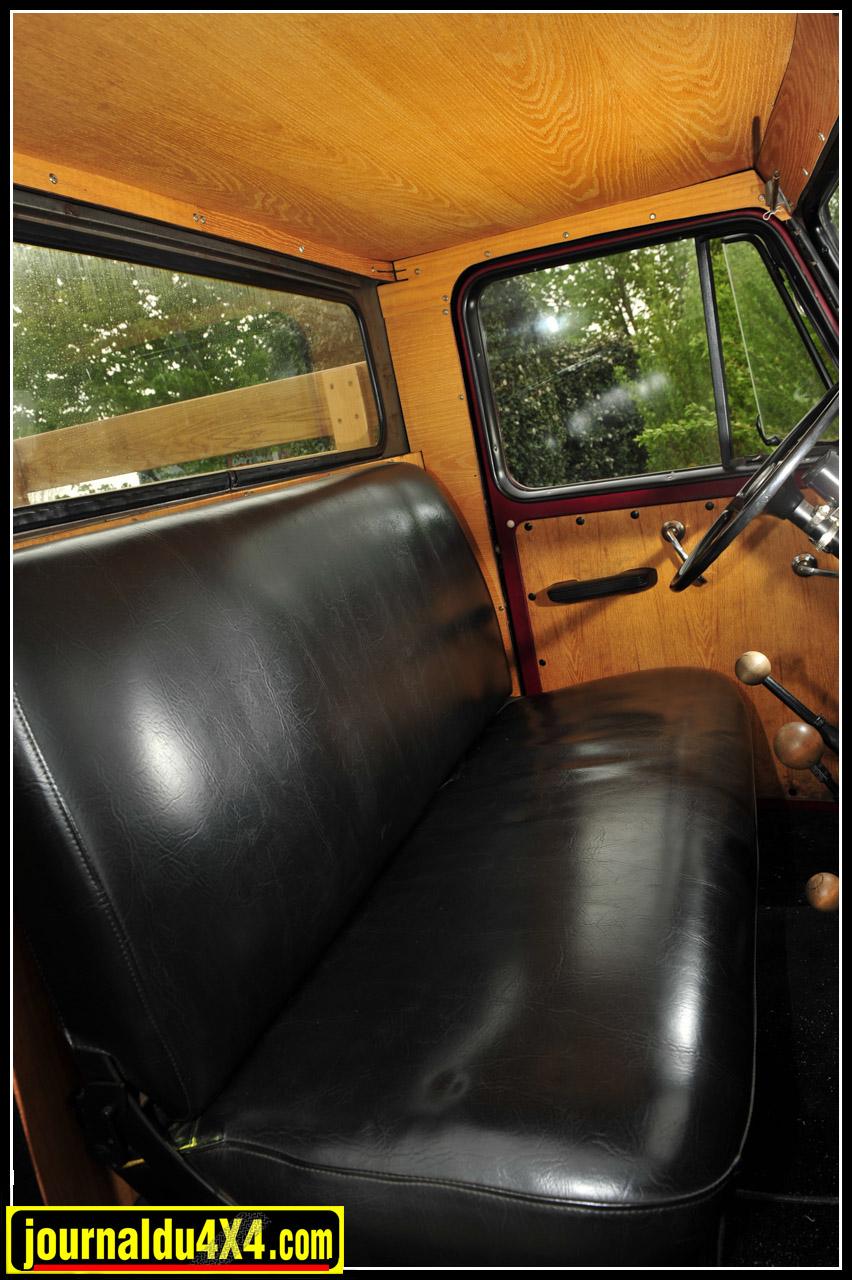 Visite de l'intérieur de la Willys Overland : Banquette 3 places et habillage bois. Le goût du Pick up US d'antan