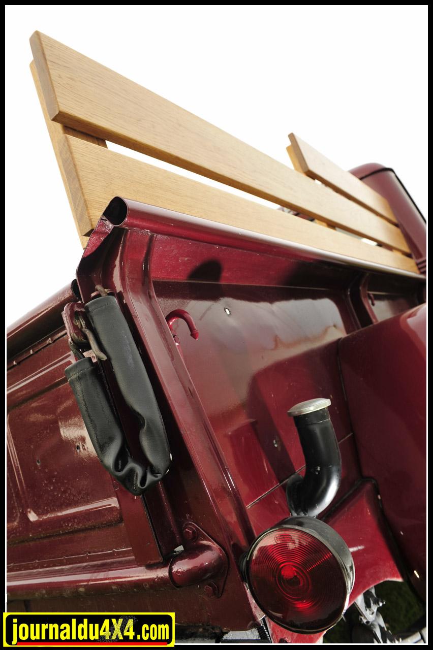 """L'apparition du hayon arrière dans cette catégorie de véhicules, fut commune à toute la gamme Willys Overland. Une petite révolution qui d'après la légende donna naissance au nom """"Tailgate party"""". Sorte de parties de campagne du week end très """"Barbecue- social"""", dont raffolent les Américains."""