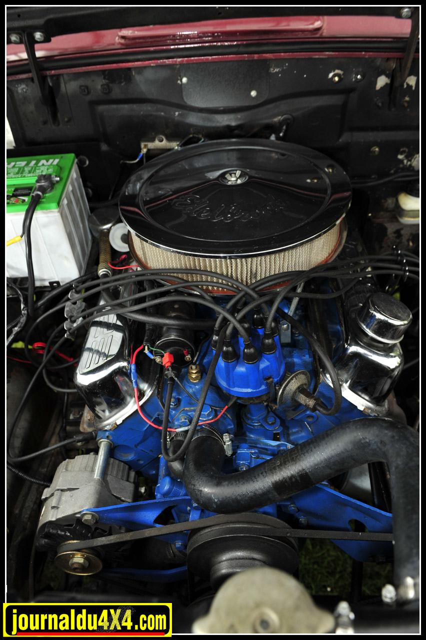 Le lourd capot en acier n'abrite plus le Go Devil ou le Super Hurricane, ni même le Tornado des dernières versions. Il s'agit ici d'un V8 Ford 302 (5,0L) de 240 ch. Arrivé dans l'atelier Indiancars, celui-ci sera entièrement remis à neuf.