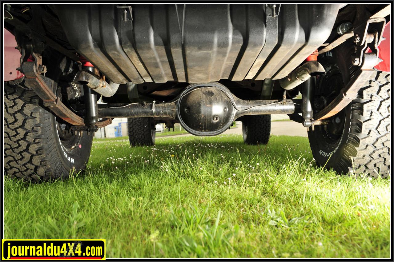 Les suspensions font appel à des lames renforcées offrant avec des jumelles rallongées une rehausse d'environ 650 mm, ce qui permet de monter des pneus BF Goodrich A/T de taille respectable en 33/12,5 X 15