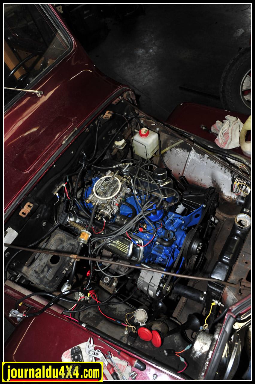 Le V8 entièrement refait retrouve sa place avec carburateur Edelbrook, allumage, alternateur, bobine et batterie neufs. Du côté des boîtes on fait ici dans le costaud avec du Ford 4 rapports manuels et un transfert d'origine. Cet ensemble passe évidemment par une cloche réalisée sur mesure.