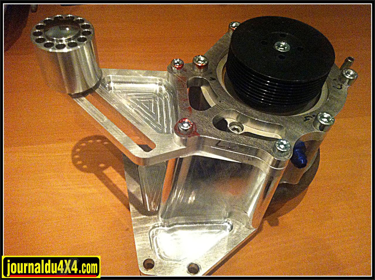 Le support pour le compresseur Rotrex et ses poulies évidemment réalisé sur mesure