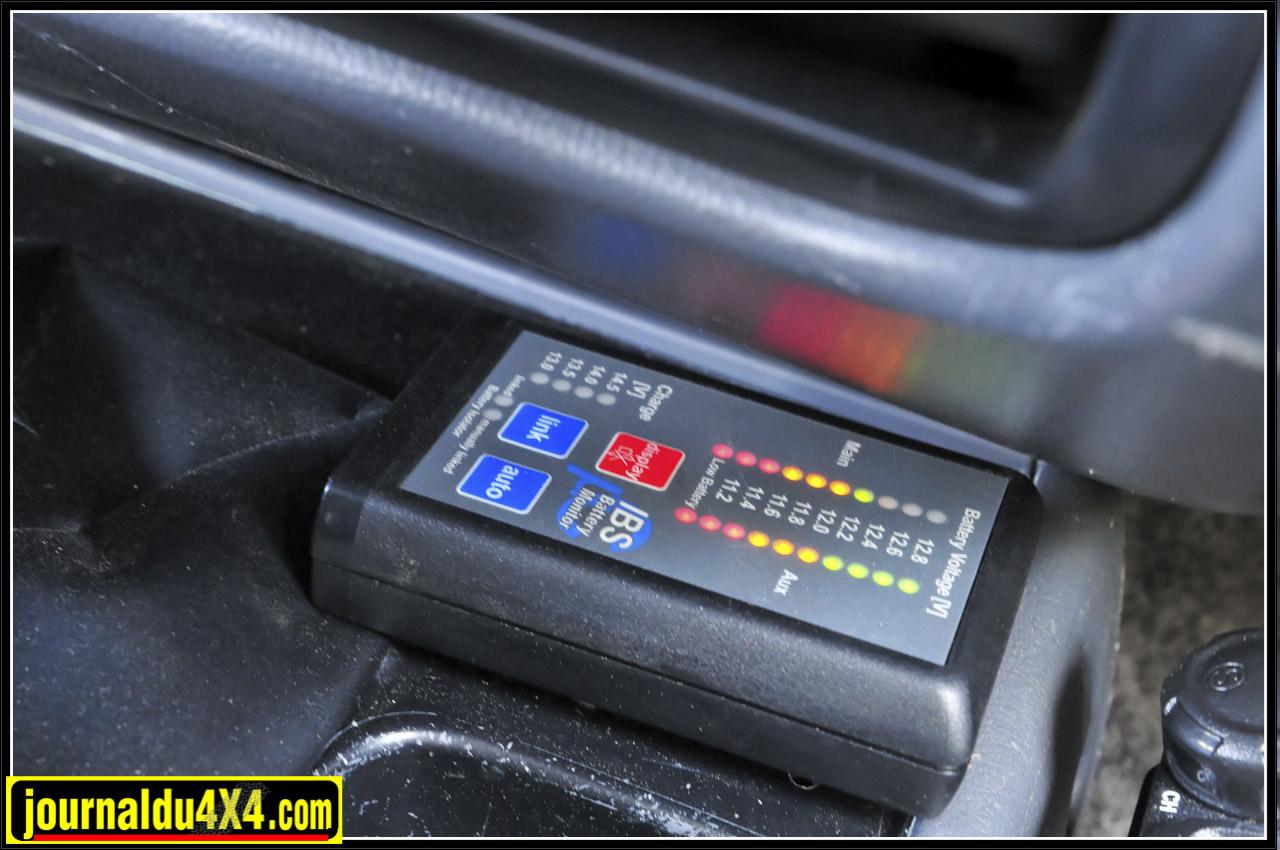 Autonomie assurée par le réservoir supplémentaire LRA de 150l. Pour simplifier et fiabiliser le circuit électrique, mais aussi limiter le poids, le démarreur initialement en 24V a été remplacé par un 12V. La seconde batterie, dont la charge est régulée via un boîtier IBS, est donc dédiée ici à l'alimentation des accessoires