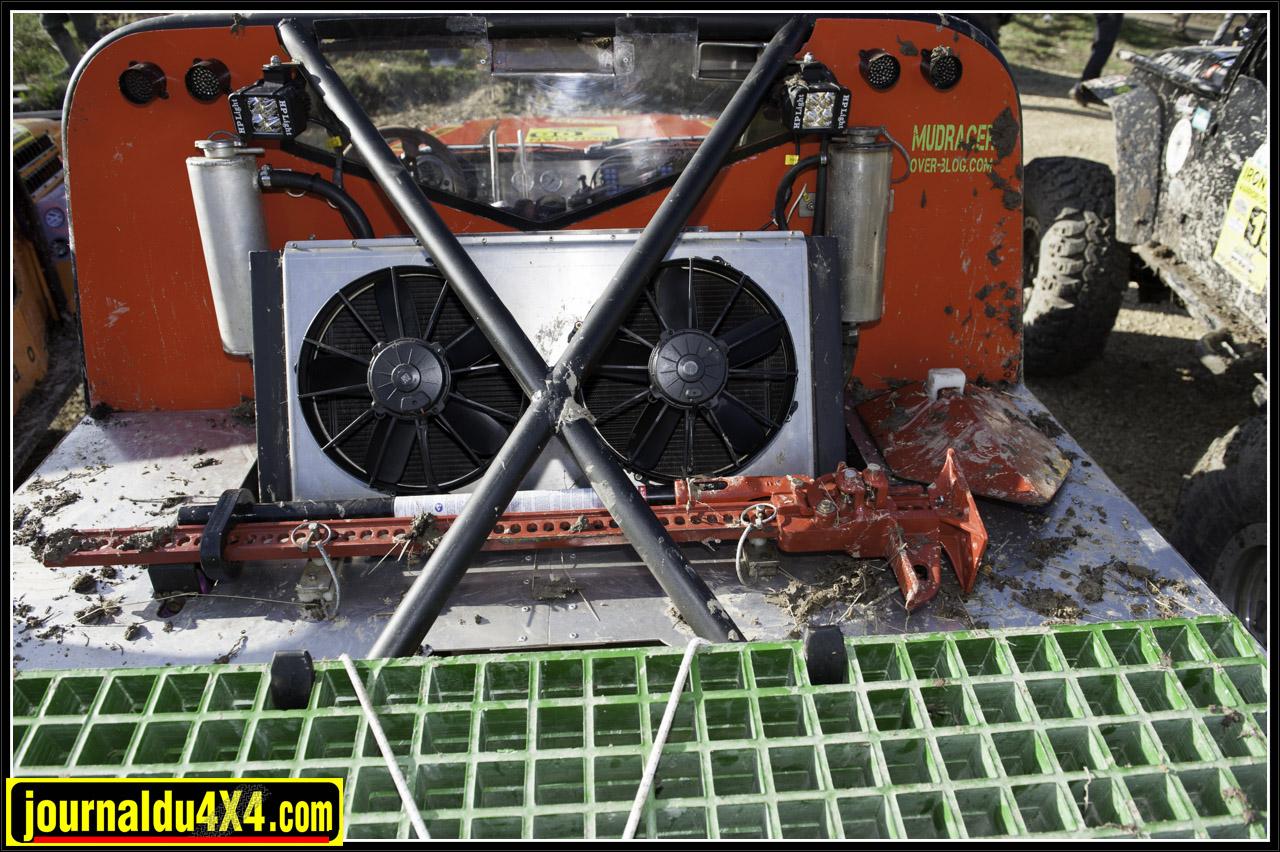 le radiateur en alu sur mesure comporte 8 faisceaux. les ventilateurs fonctionnent avec une sonde mais peuvent aussi être forcés, pour le Breslau le proto est équipé c'une écope pour optimiser le refroidissement