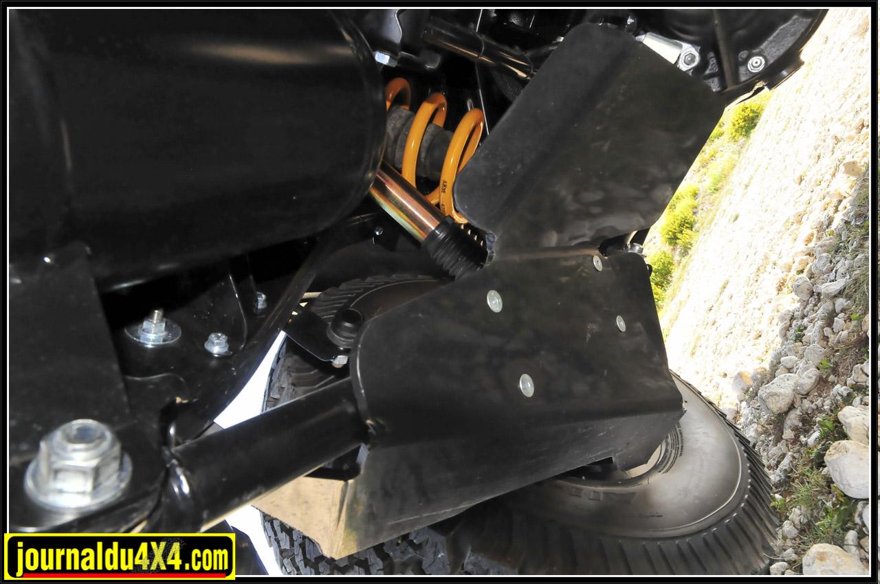 Très utiles pour protéger les amortisseurs arrière de la caillasse volante, des déflecteurs de grandes dimensions ont été fixés sous les tirants.