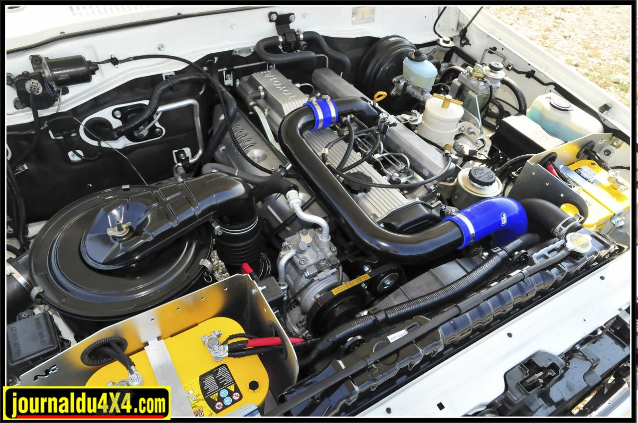 Equipé d'un turbo à roulement, d'un intercooler et d'une ligne Técinox, le 6 cylindres TD 12s de 4,2l voit sa puissance passer de 167 ch. à 210 ch. et son couple de 365 Nm à 440 Nm à 1800 tr/mn. Autonomie assurée par le réservoir supplémentaire LRA de 150l. Pour simplifier et fiabiliser le circuit électrique, mais aussi limiter le poids, le démarreur initialement en 24V a été remplacé par un 12V