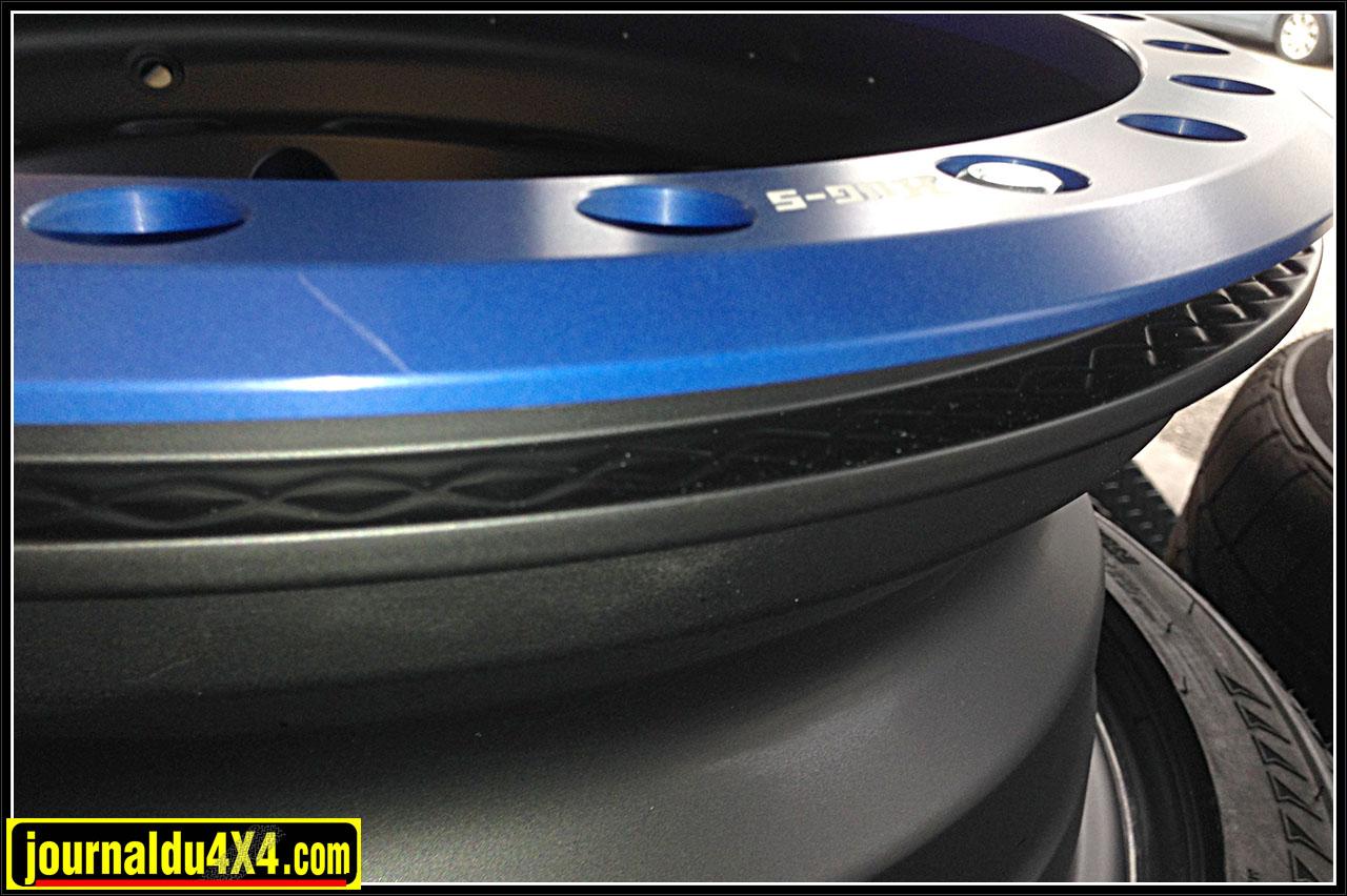 Le beadlock en bleu pince le talon du pneu sur la jante qui comporte des picots pour avoir encore plus de maintient