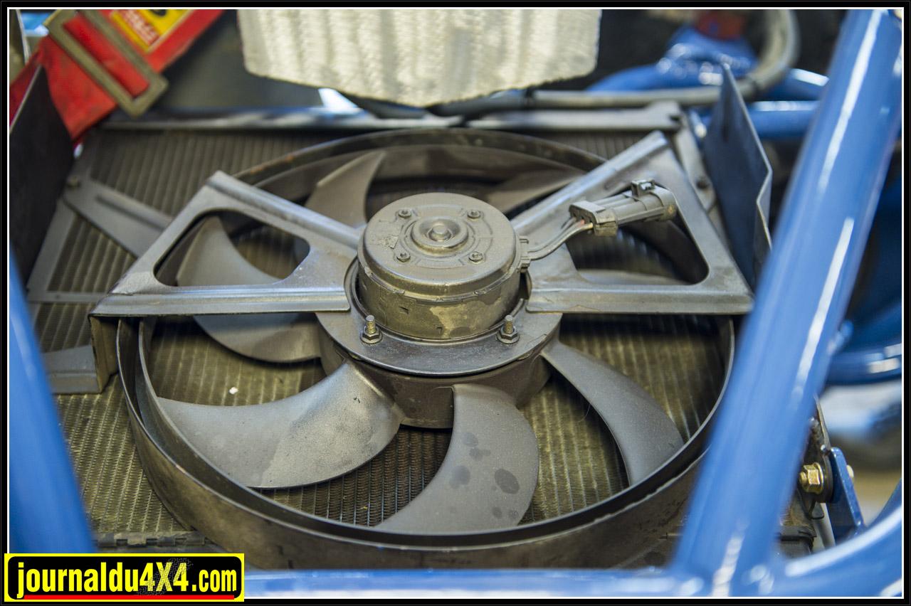 le radiateur est mis à plat, il est surmonté d'un ventilo