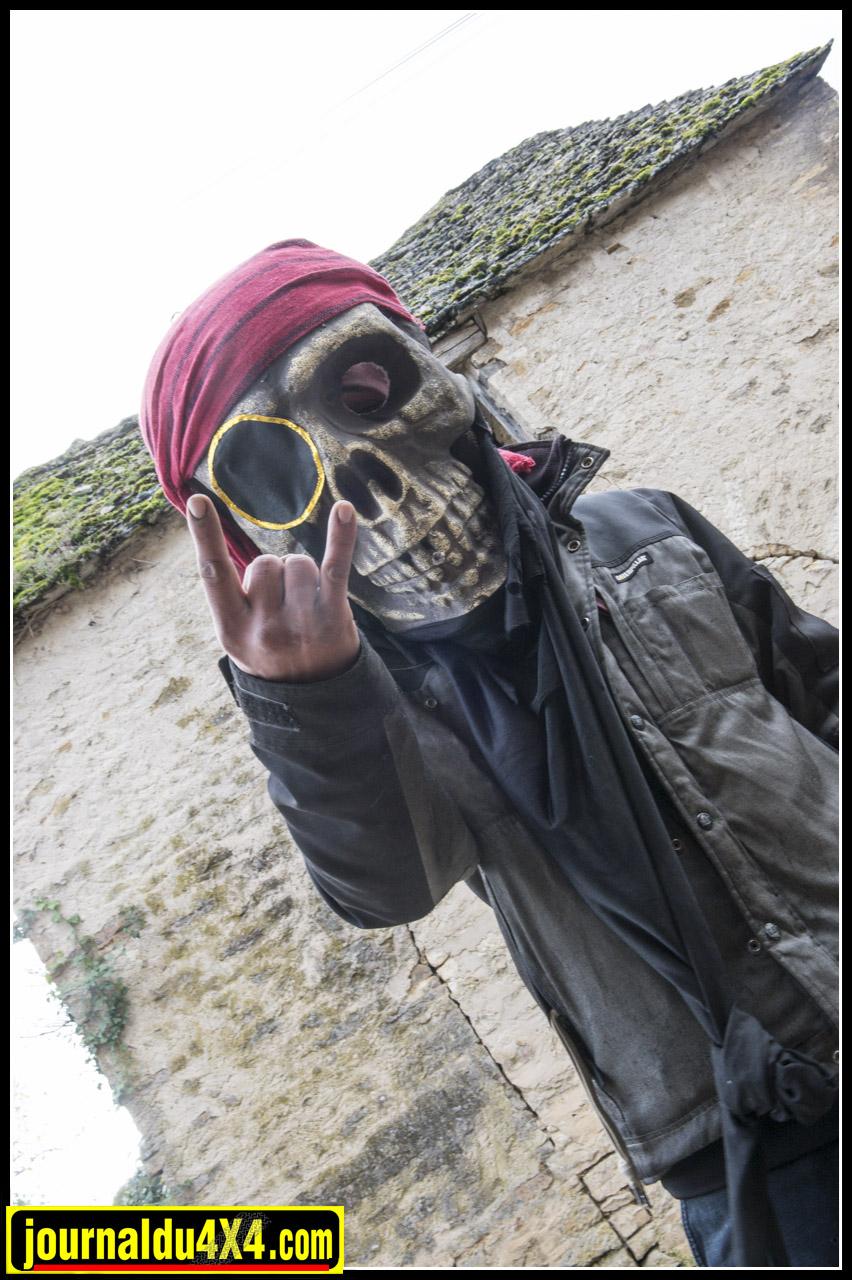 Drôle de pirate, mais qui se cache derrière ce masque ?