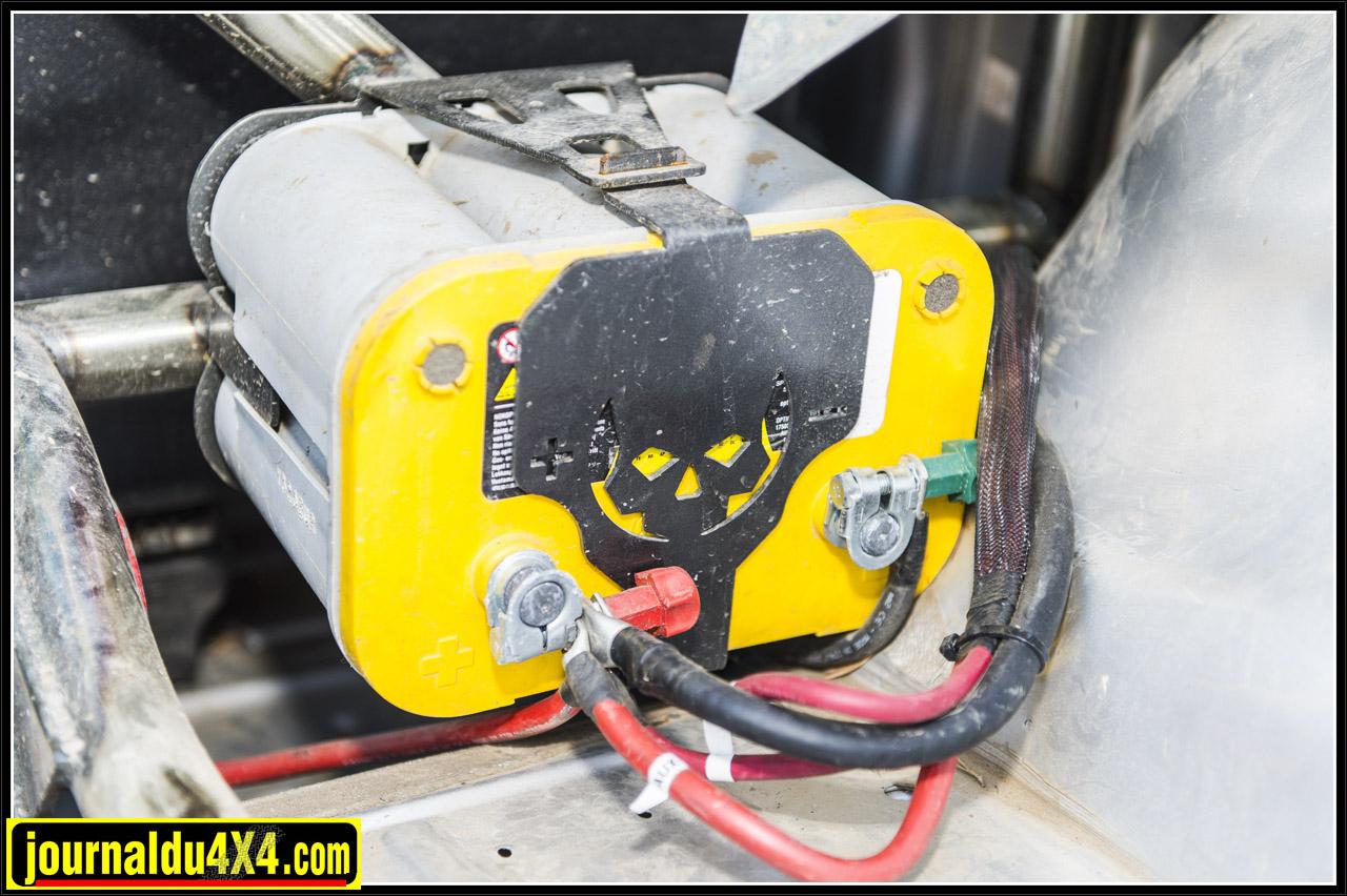 Un support de batterie maitient une Optima Jaune idéale pour alimenter le treuil