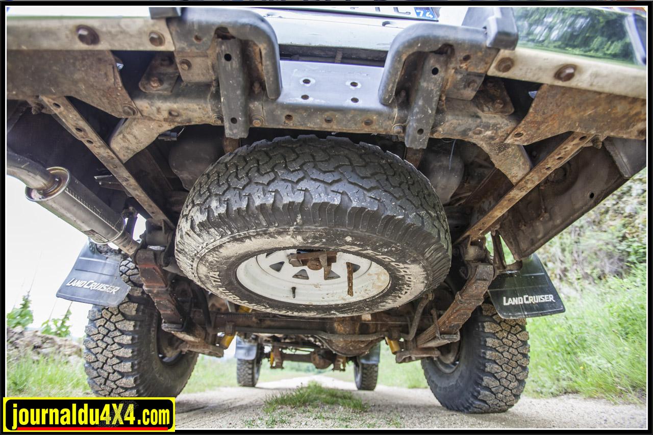 suspension à lame et roue de secours sous le 4x4