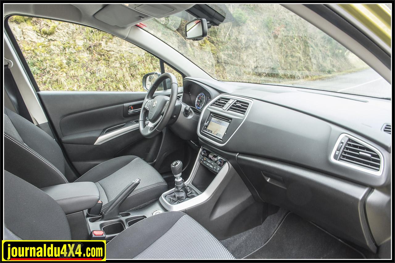 Les places avant sont confortables et les sièges vous maintiennent bien , autre bon point la position de conduite haure, j'apprécie