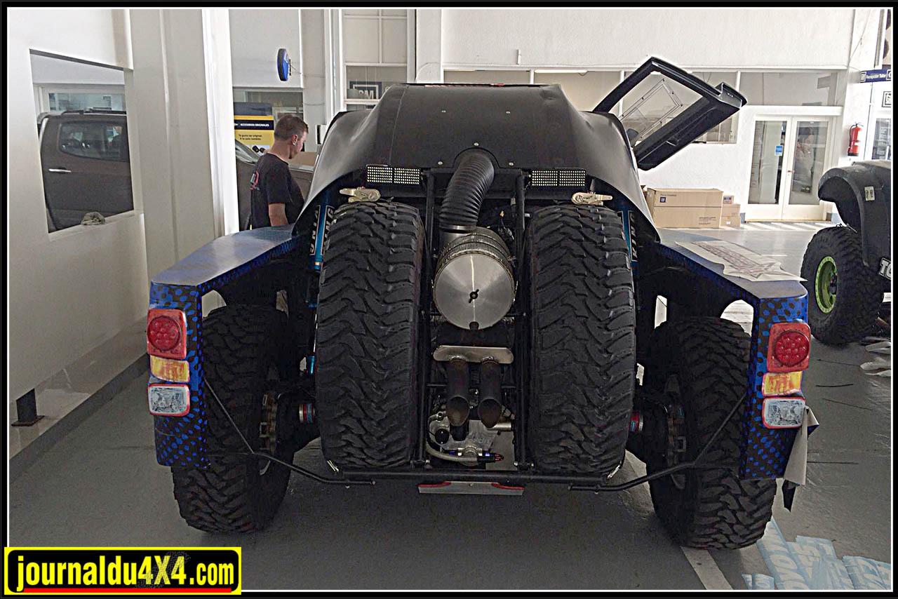 l'énorme boîte à air est située entre les deux roues de secours (Toyo Open Country M/T-R 37 x 13,5 R 17 )