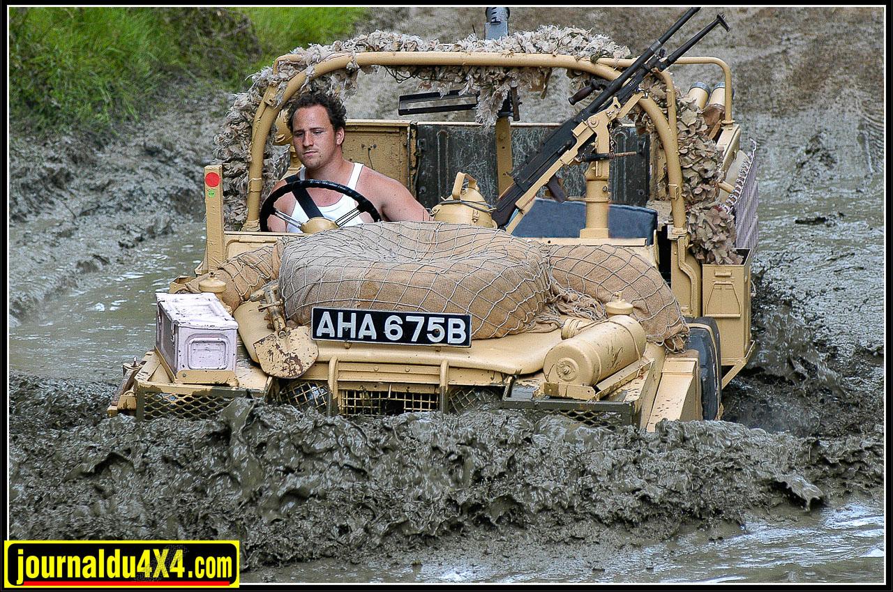 Aujourd'hui, les 109 Pink Panther se montrent…Ils étaient pourtant fait pour passer inaperçu…Dans le désert. Certainement l'une des icônes  parmi les plus célèbres de la légende Land Rover avec les 109 Daktari.