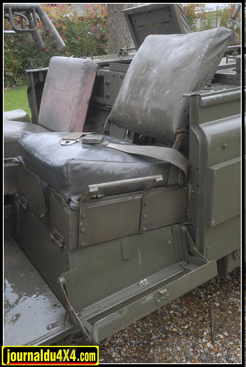 Jerricans de 20 L, rangements pour armes individuelles et assises de série faisaient partie de l'équipement des Pink Panther. Le siège du copilote est surélevé pour un meilleur angle de tir.