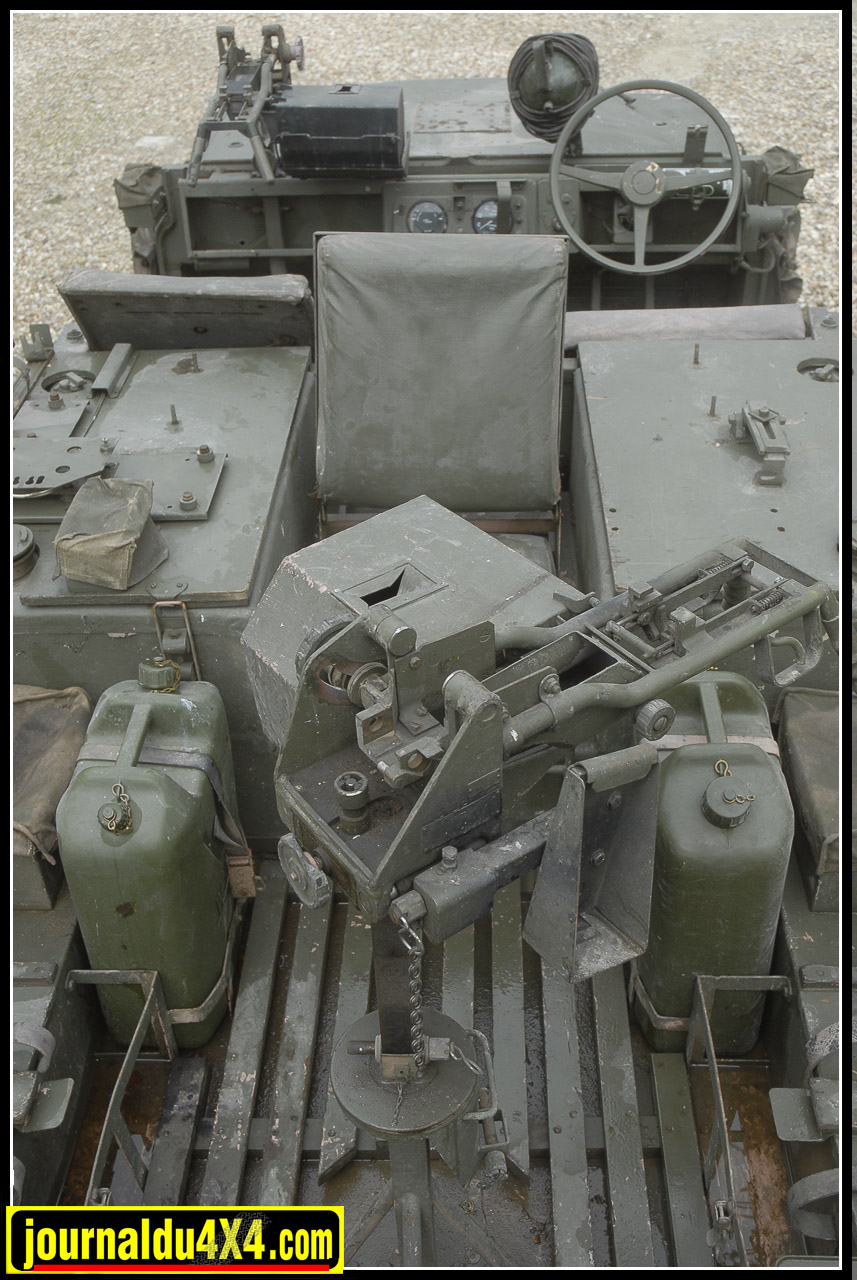 Sacré cahier des charges pour l'arrière de ces 109. Mitrailleuse sur son affût, munitions, réservoir d'essence (400 L), réservoir d'eau ( 150 L), infirmerie, cuisine, radio, lance-grenades, coffre à outils, huile et liquide de refroidissement, matériel de camouflage et de bivouac font que les Pink panther en opération affichaient allégrement les 3 tonnes…Au moins.