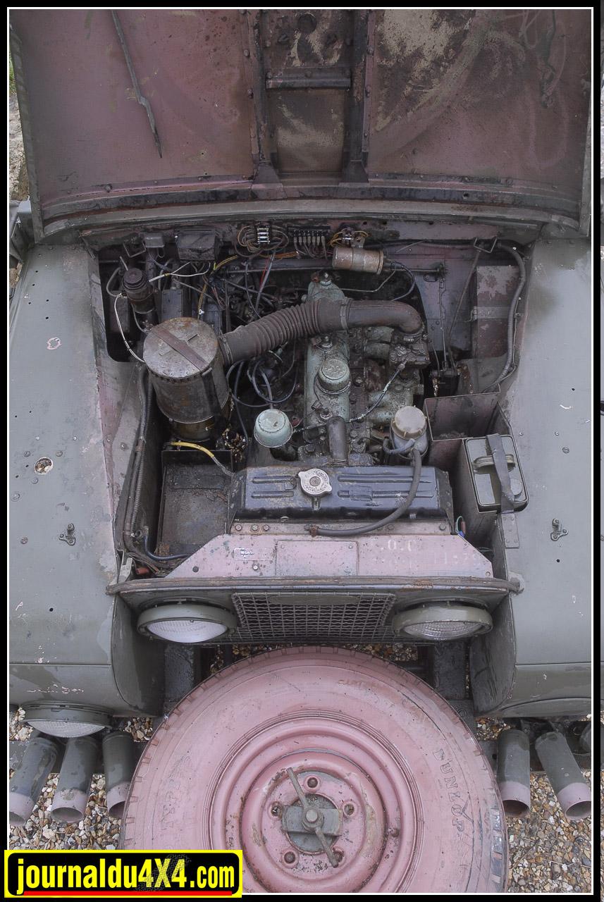 Le 4 cylindres 2, 25 L essence fut pourtant à la hauteur de la tâche du haut de ses 78 Ch (à 4.250 Tr/mn). Si le filtre à air à bain d'huile était très efficace, on avait tout de même adjoint les services d'un radiateur d'huile au moteur. Aujourd'hui, Sous le capot, il y a du travail dans l'air. Mais, rassurez-vous, on a vu des Land dans des états bien pire, fonctionner parfaitement. Une vidange, un peu de gasoil dans le cylindres (un à deux jours) pour décoller les segments, 4 bougies neuves et une batterie…Ça va fumer, tousser (vous aussi!), mais ce n'est jamais mort un Land. Il suffira ensuite que les freins ne soit pas collés…On a jamais dit que ça roulait tout de suite!