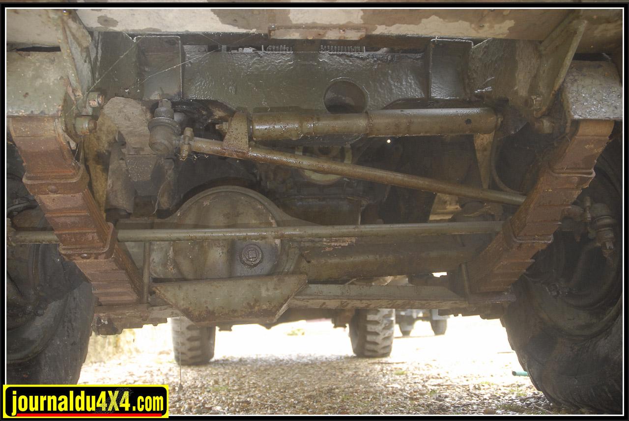 Les dessous de ce 109 si spécial nous réserve aussi quelques particularités. Un blindage de pont avant fixé sur les lames de ressort, elles-mêmes renforcées. Le pont arrière voit lui aussi son corps renforcé. Les bols de moyeux avant étaient protégés par des pièces de cuir (pièces d'origine en option sur les versions civiles…Disponible chez land Service!). Enfin, on note que l'affût de la mitrailleuse avant est fixé au châssis.