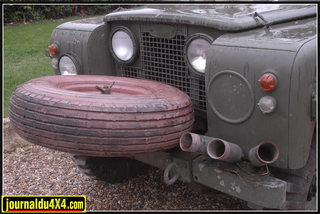 Équipé de pneus 900-16 cramponnés durant son long stockage, ce 109 sera vendu avec ses 5 pneus 900-15 Sand Type Dunlop. Introuvable aujourd'hui ces gommes 6 plis étaient étudiées pour rouler en basse pression. Le Pink panther n'avait ainsi pas peur de franchir les zones de sable mou. La roue de secours était placé sur un support boulonné sur le pare chocs avant. Protection du radiateur, manque de place à l'arrière oblige et certainement angle de tir optimisé.
