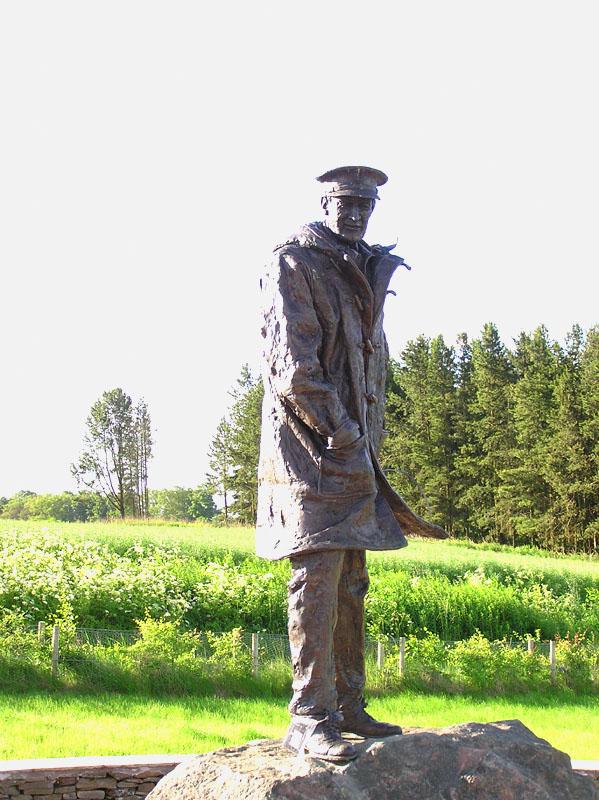 """David Stirling (1915-1990), le père des SAS.  Aujourd'hui, le légendaire """"Phantom Major"""" fait partie de l'histoire. Ses SAS participèrent grandement à la première victoire des alliés contre les forces de l'axe, en Afrique du Nord. Il fut fait prisonnier en Tunisie en 1943. Son identité restée secrète (Hitler avait ordonné l'exécution de tous les SAS et OSS), il se fit roi de l'évasion et fut transféré par les Allemands dans la forteresse de Colditz jusqu'à la fin du conflit. On tira un film des aventures des détenus de ce tristement célèbre Château d'où personne ne réussi à s'échapper. Du côté des salles obscures, personne n'a oublié le légendaire """"Taxi pour Tobrouk"""" dans lequel les passionnés de la marque Land Rover auront remarqué que le véhicule Allemand qualifié de """"Mercedes"""" dans le film n'est autre qu'un Serie 1 transformé pour les besoins du tournage."""