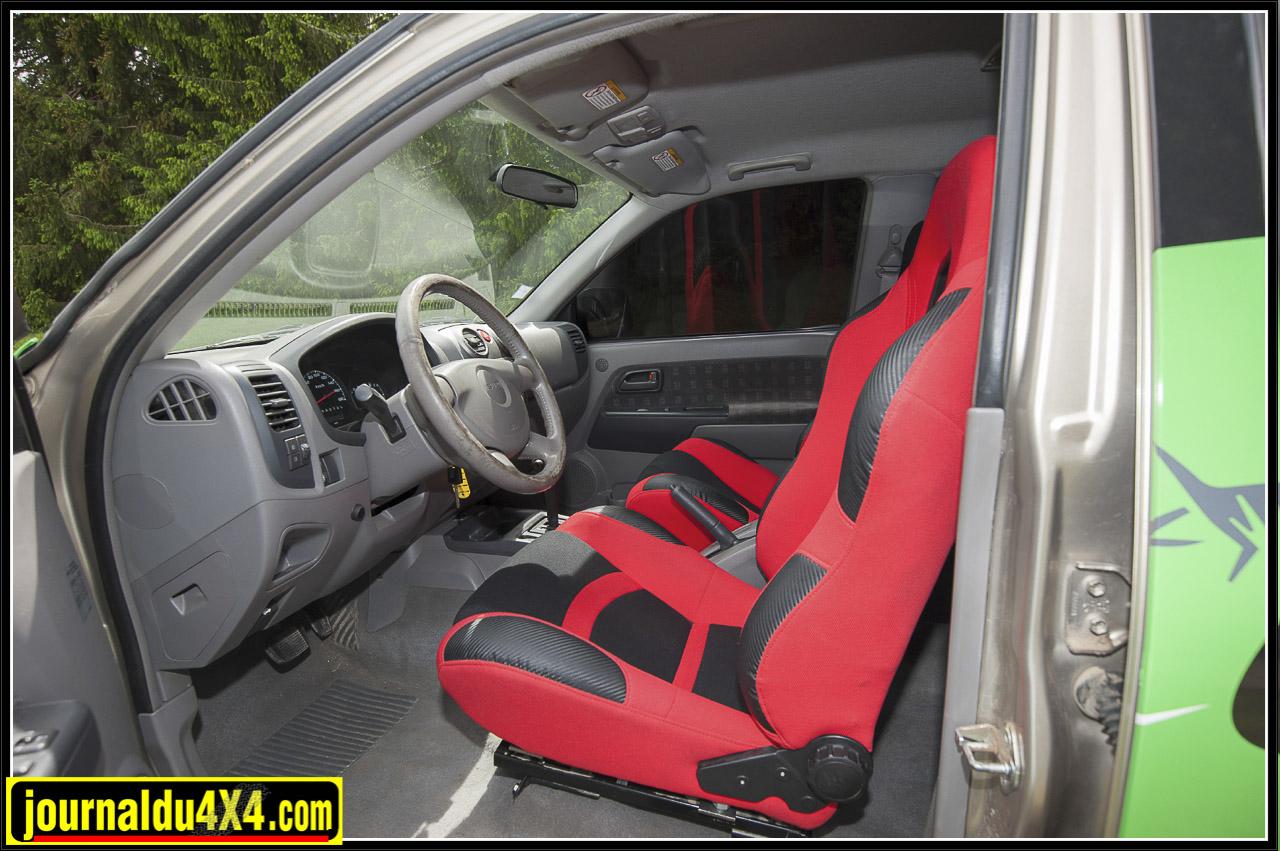 des sièges semi baquet Ashika ont été montés à la place des sièges d'origine et une sono JBL  GTOEZ  avec 3kg de son  est installée  aux places arrières