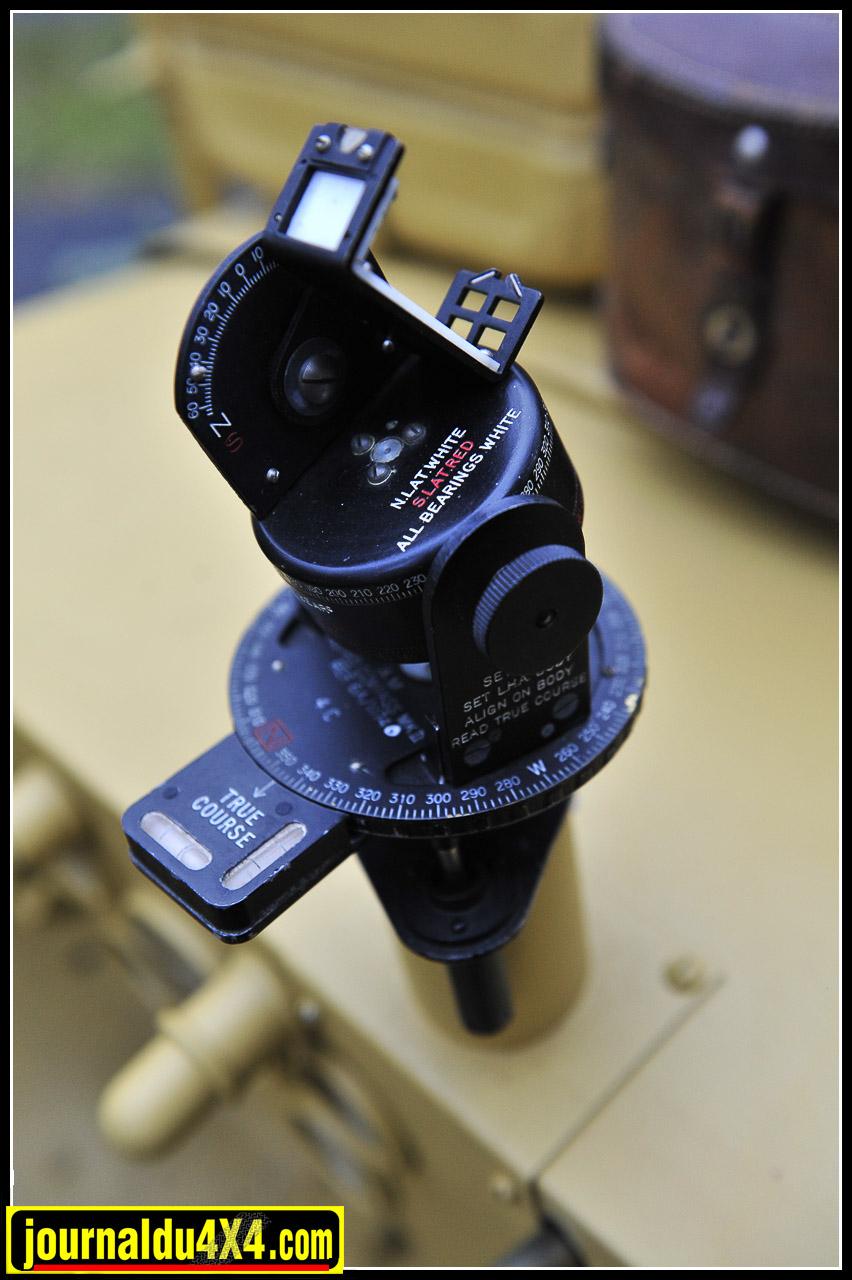 Astro Compass Mark II qui équipa les bombardiers de la RAF à partir de début 1942. Une date, une heure, une visée et l'on avait le bon cap dans ce désert aux nombreuses zones qui rendent folles les boussoles. De là à savoir exactement  ou l'on se trouvait…Il fallait sortir le théodolite ou le Sextan de sa boîte.