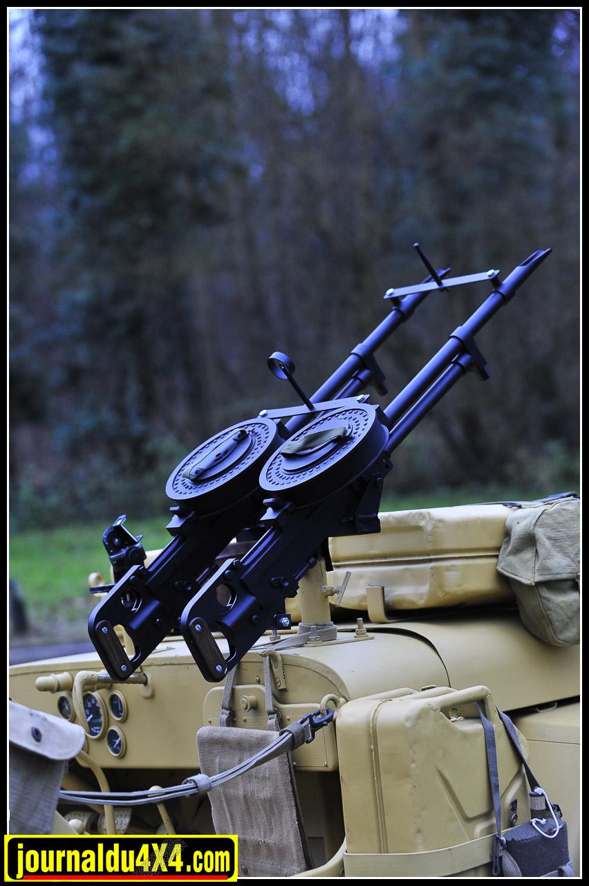 Jumelées les mitrailleuses Vickers Type K 7.7 mm étaient redoutables avec leurs 500 coups/minute. Chargeurs tambours 100 cartouches. Ces reproductions Anglaises sont parfaites et l'on peut barder sa Jeep SAS de chargeurs vendus séparément.