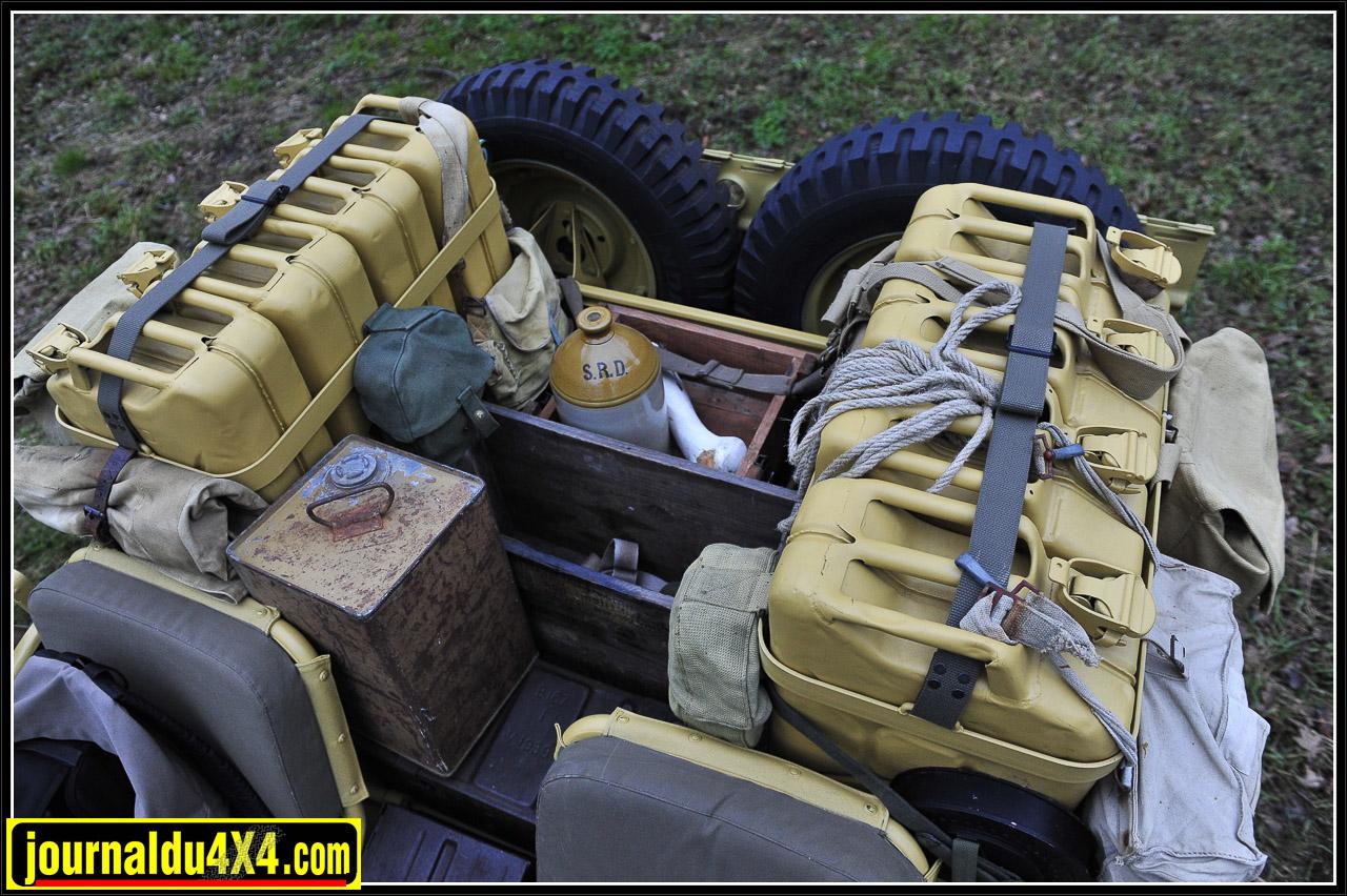 Avec deux rack de 4 jerricans à l'arrière on était déjà à 160L d'essence. Le bidon d'huile était lui aussi de la partie.